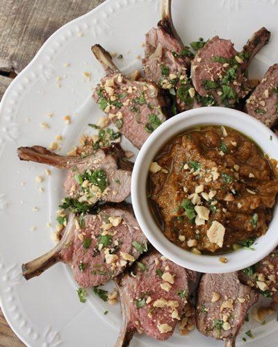 Couronne d'agneau sauce satay, cacahouètes concassées et coriandre