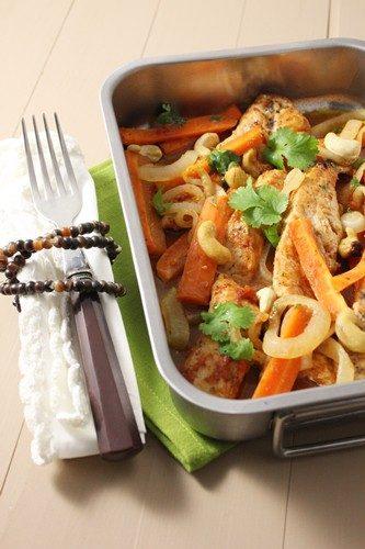 Aiguillettes de dinde aux oignons et carottes, sauce piquante et noix de cajou