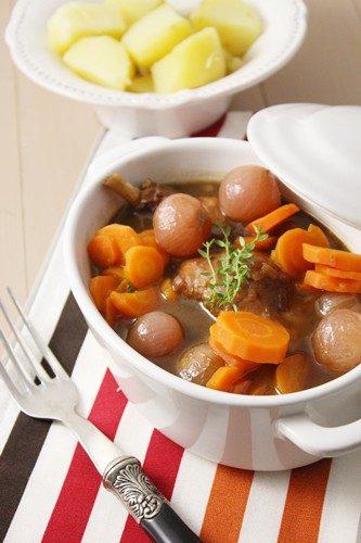 Lapin à la bière brune et sirop de liège, carottes et oignons