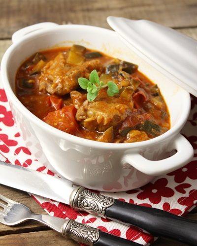 Blanquette de veau aux légumes (aubergine, courgette et petites tomates en grappe) et sauce tomatée