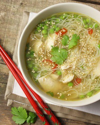 Bouillon asiatique au poulet, petits pois , gingembre et vermicelles