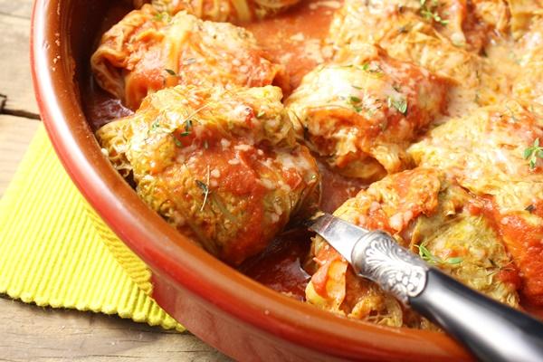 Chou farci à la sauce tomate et parmesan