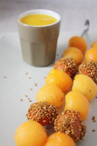 Dossier couleurs dans l'assiette: brochette de melon, abricot et carotte au miel et graines de sésame et sauce dip à l'orange