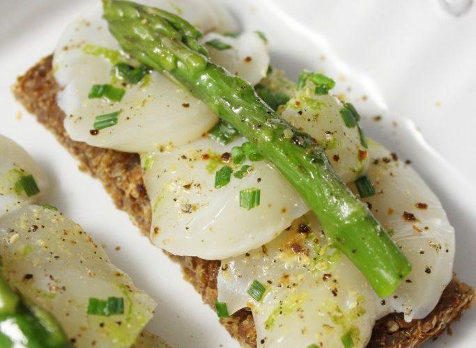 Finger food: Pain de seigle, ceviche de St-Jacques et asperges vertes