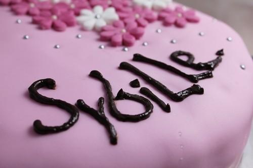 Gâteau d-anniversaire: quatre-quarts et pâte à sucre version pinky-girly :-)