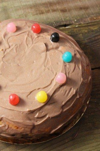 Gâteau génoise aux M&Ms et gelée de fraises, topping au fromage frais pour gastronomes en culotte courte!