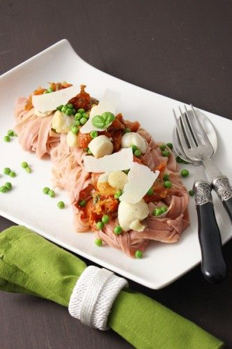 Tagliatelles maison à la betterave, noix de pétoncle, petits pois et sauce aux deux tomates