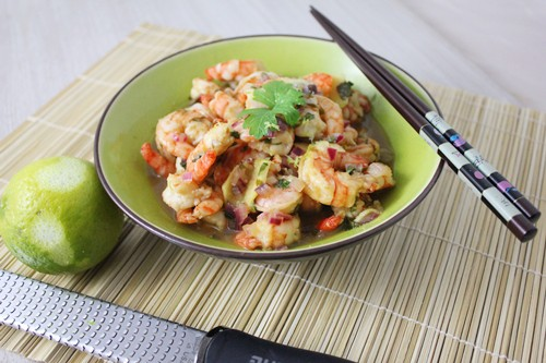 Scampis version thaï: citron vert, oignon rouge, coriandre et gingembre