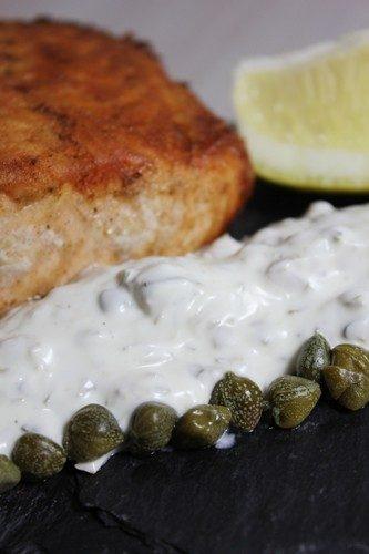 Filet de saumon poêlé, sauce fraîcheur au fromage blanc, câpres, citron et cornichons
