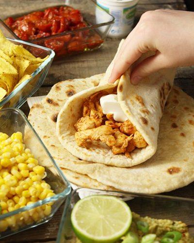 Pains naan, poulet au paprika et guacamole