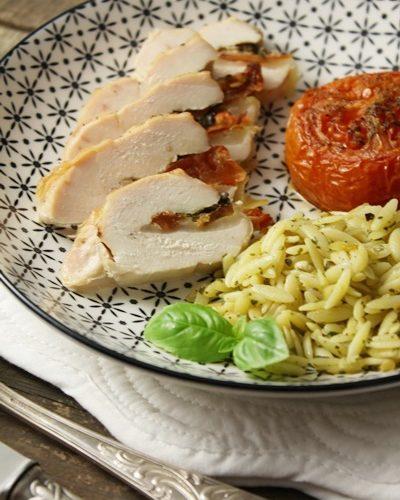 Filets de poulet farcis: mozzarella, tomates à l'huile et basilic