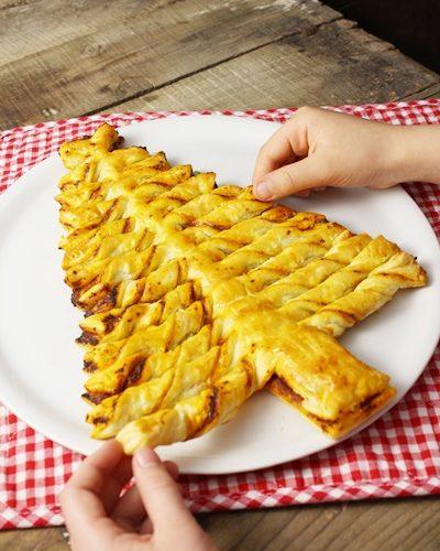 Noël: sapin en pâte feuilletée et pesto rouge à partager entre amis et à manger avec les doigts!