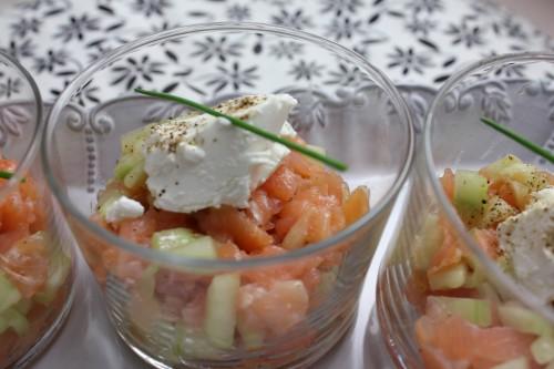 Petites verrines saumon fumé, pomme verte, concombre, quenelle de fromage de chèvre et touche de balsamique à la figue
