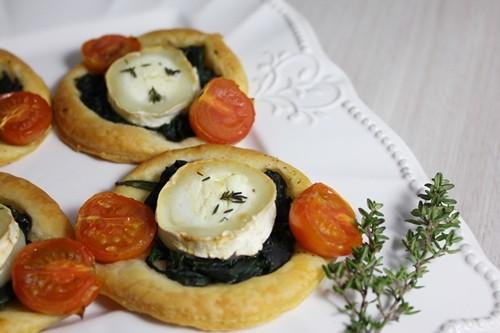Petits feuilletés aux épinards, fromage de chèvre et tomates cerise
