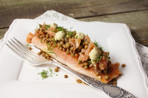 Saumon grillé a l'unilatérale, salade de lentilles au saumon fumé et houmous de pois chiches