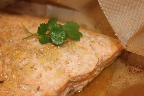 Papillote de saumon au gingembre, sauce soja et graines de sésame