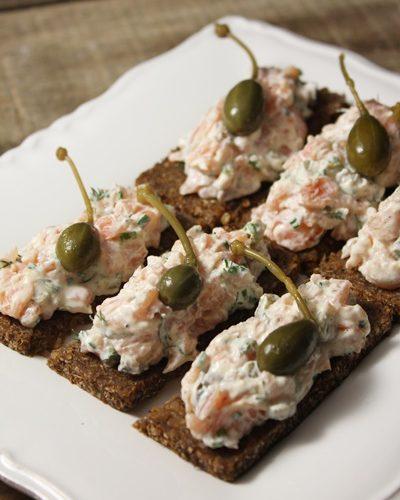 Finger food: saumon fumé façon rémoulade sur pain de seigle
