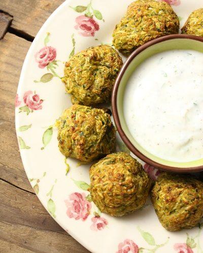 Boules de courgette au curry et sauce dip au fromage blanc à l menthe