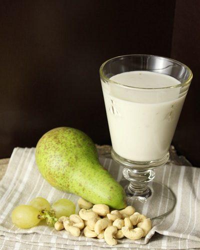 Smoothie poire-raisins au lait végétal (noix de cajou)