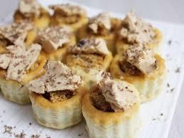 Idée zakouskis: petits feuilletés foie gras et pain d'épice avec éclat de chocolat noir et touche de Banuyls