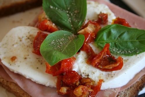 Croque mortadelle-mozzarella-tomates demi séchées-basilic