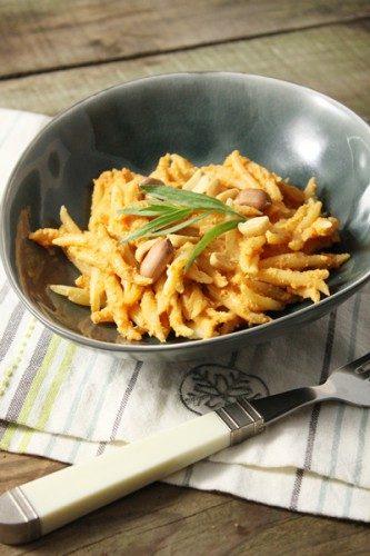 Une sauce tomatée aux cacahuètes pour accompagner vos pâtes en version chaude ou pour y dipper des chips en version froide