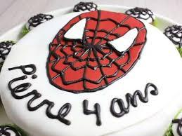 Gâteau d'anniversaire Spiderman et cupcakes chocolatés et finition toile d'araignée