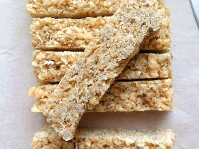 Barres de céréales maison: avoine, galettes de riz, raisins secs et myrtilles séchées