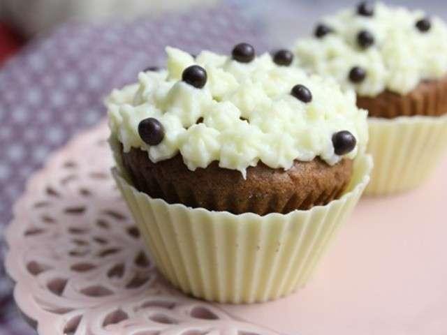 Cupcakes moelleux chocolat – topping crème au beurre et fromage frais – perles de chocolat et caissette en chocolat blanc