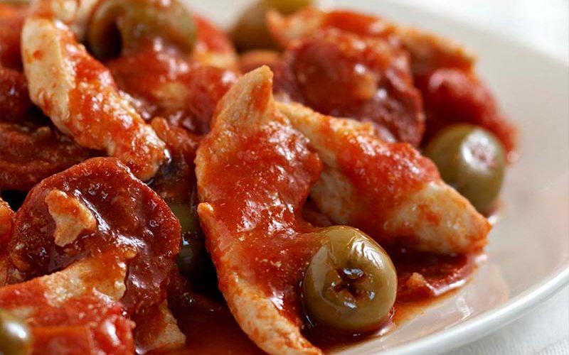Dés de poulet sauce tomatées, chorizo et olives