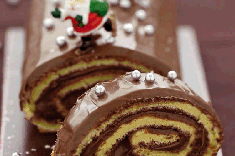 Bûche de Noël roulée à la crème fraîche et pâte à sucre