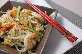 Salade asiatique au poulet et gambas, légumes croquants en vinaigrette
