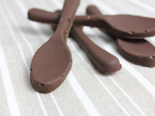 Petites cuillères en chocolat au sucre pétillant pour accompagner le café ou le thé