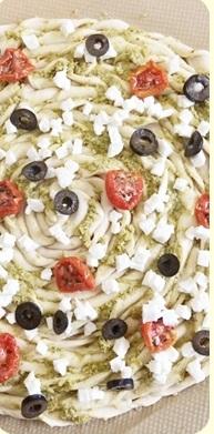 Pizza torsadée à la tapenade d'olives vertes, tomates demi séchées, olives noires et mozzarella