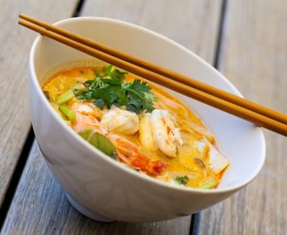 Soupe thaï aux crevettes, champignons et won ton aux crevettes, pak choi, poivron rouge et champignons