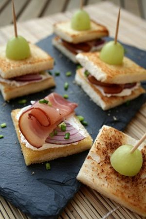 Croque-en-bouche chèvre-oignon-jambon cru et ciboulette