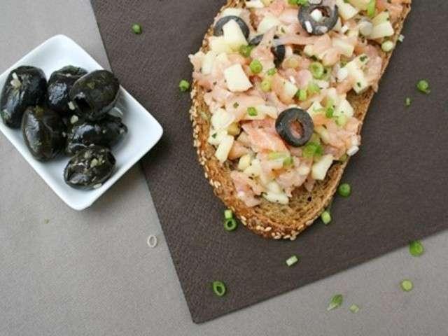 Tartine saumon, pomme, olives noires et coriandre