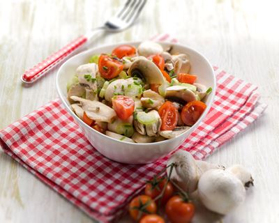 Salade de champignons crus au basilic et tomates demi-séchées