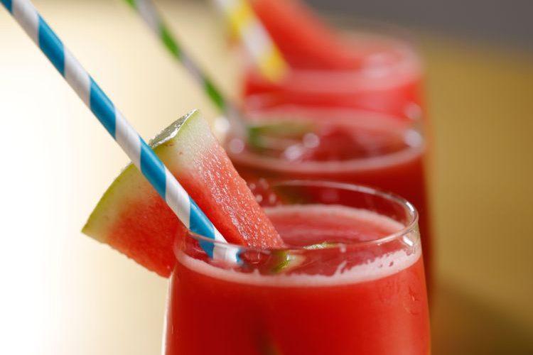 Cocktail pastèque-liqueur de rose-vodka