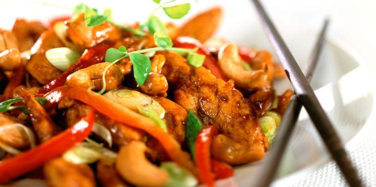 Wok de poulet au piment et noix de cajou