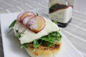Sandwich croustillant à la roquette et au petit Saint-Jacques, radis et touche de balsamique
