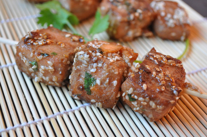 Dés de saumon marinés au gingembre, huile de sésame et sauce soja