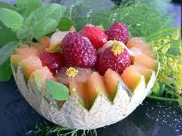 Fraises et melon au sirop infusé à la menthe fraîche
